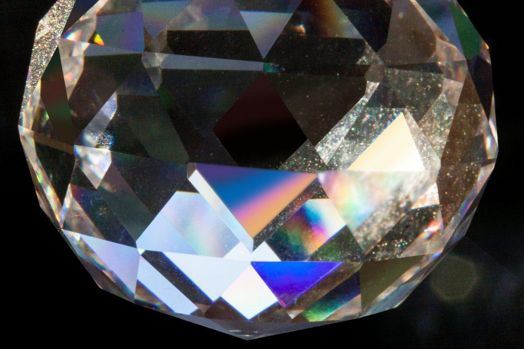 en el prisma, la luz se descompone en colores