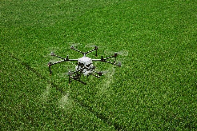 dron DJI Agras MG 1P fumigando