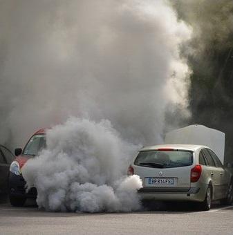 los coches causan contaminación atmosférica